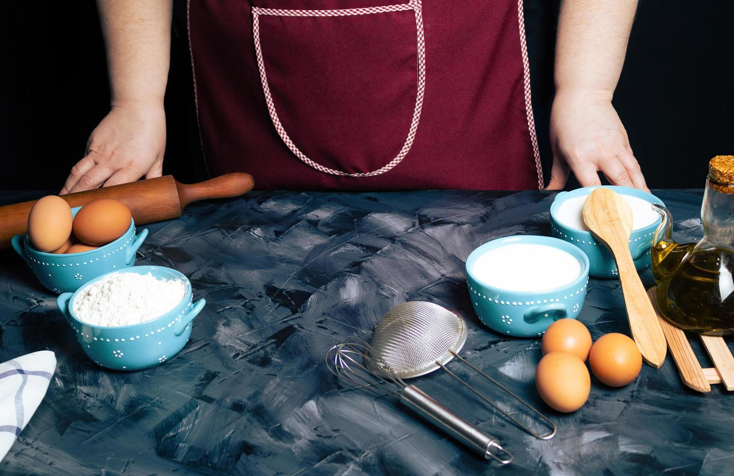 persoon aan een toonbank met bakselingrediënten foto
