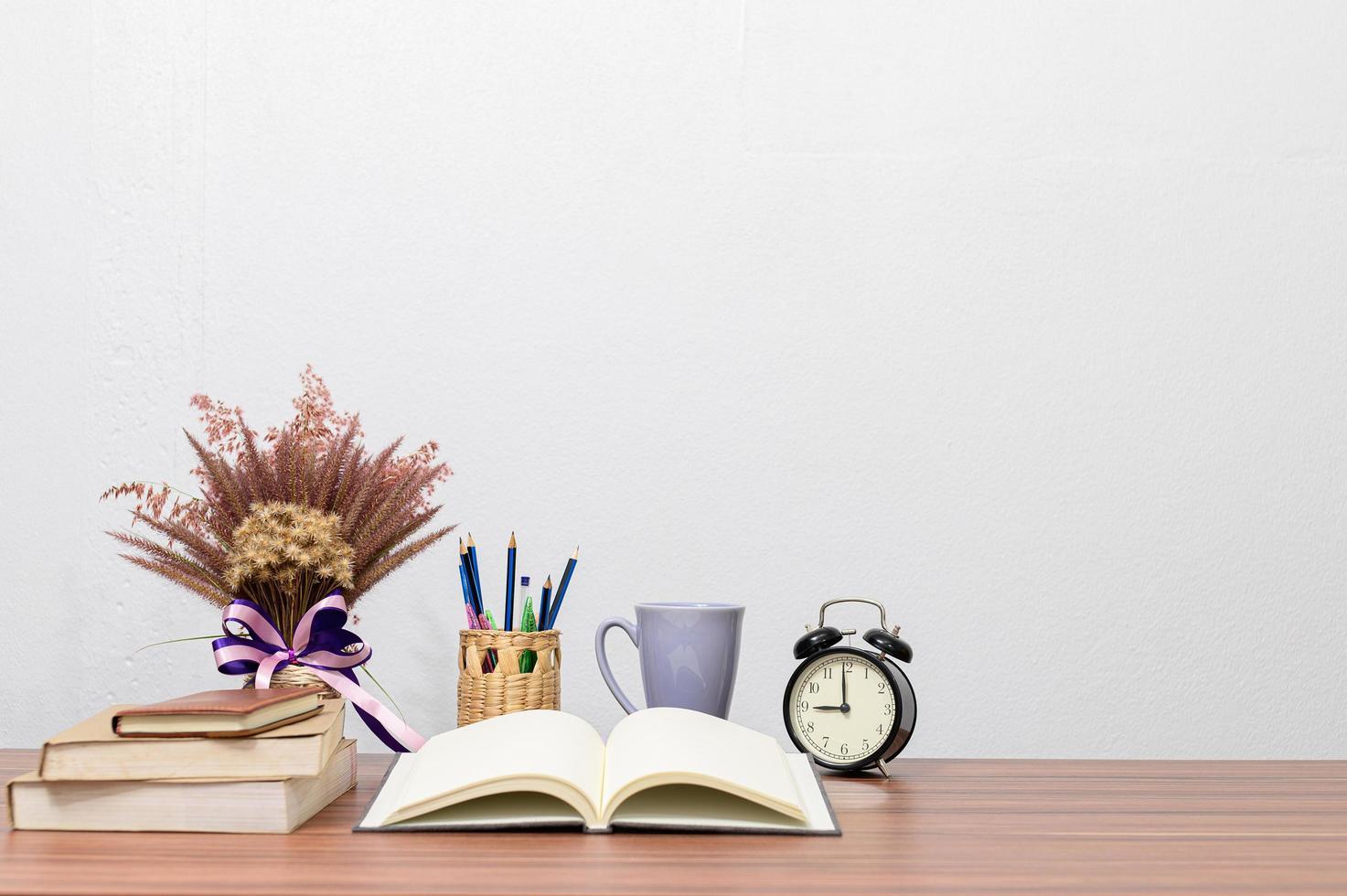 briefpapier en boeken op het bureau foto