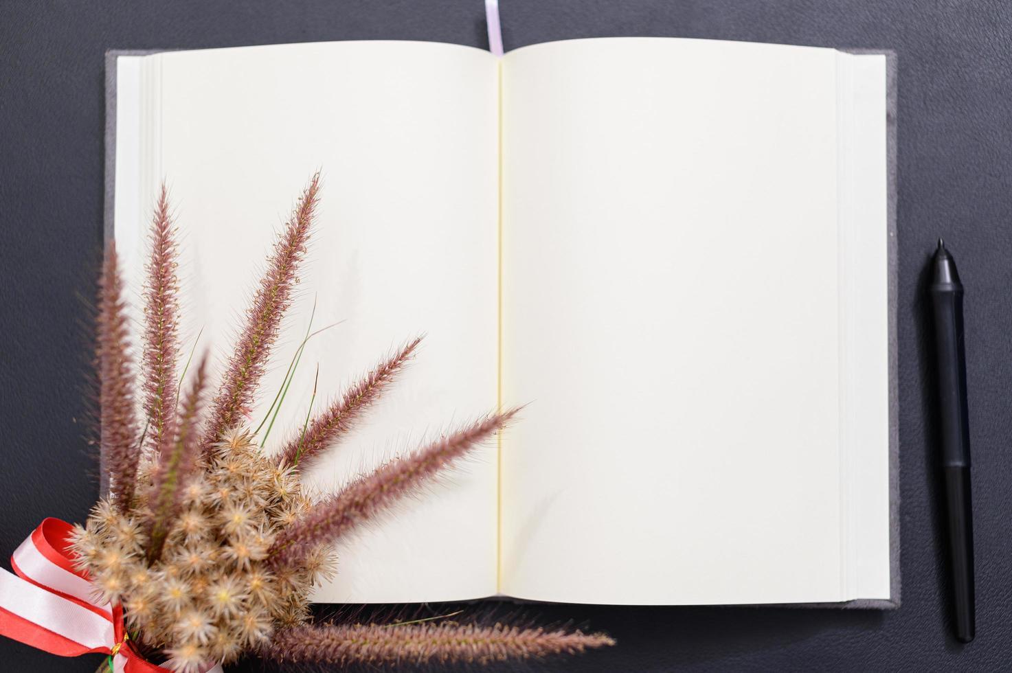 leeg notitieboekje op het bureau foto