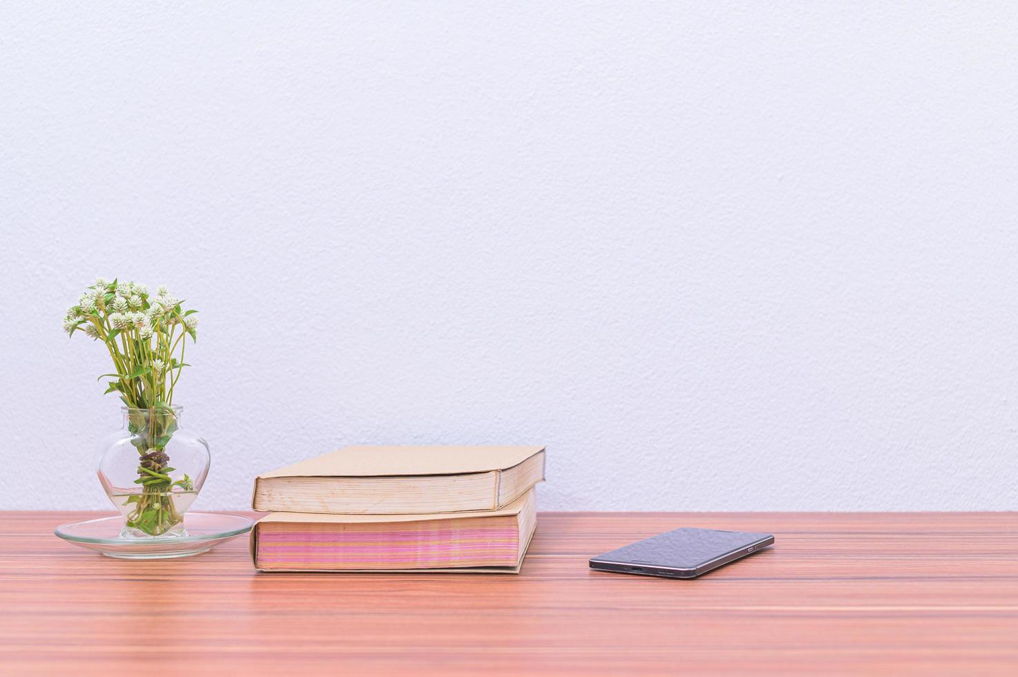 boeken en bloemen op het bureau foto