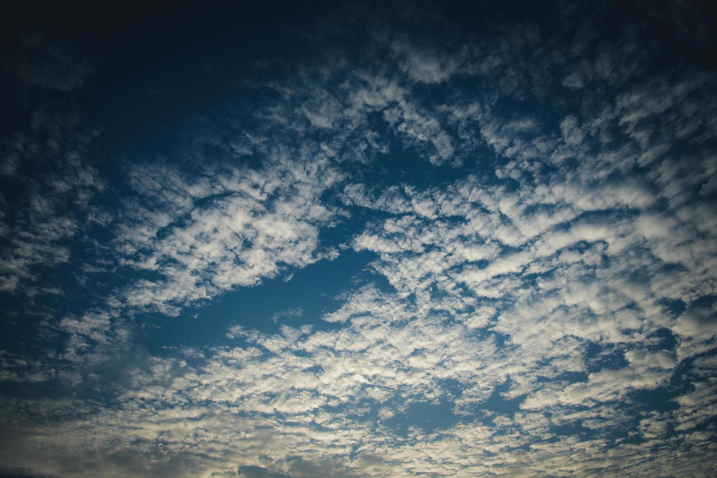 witte wolken in een blauwe lucht foto