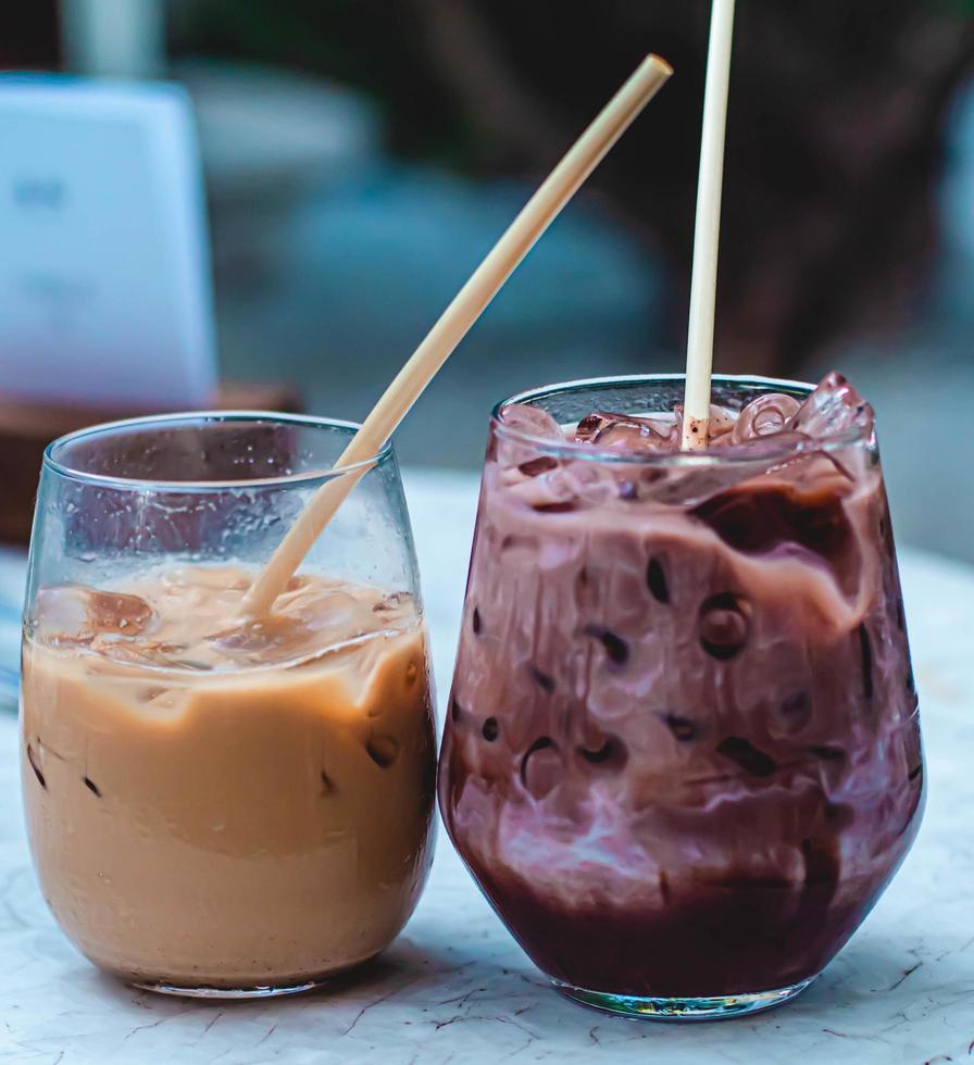 ijskoffie en chocolade in glas. drank wordt gekoeld geserveerd foto
