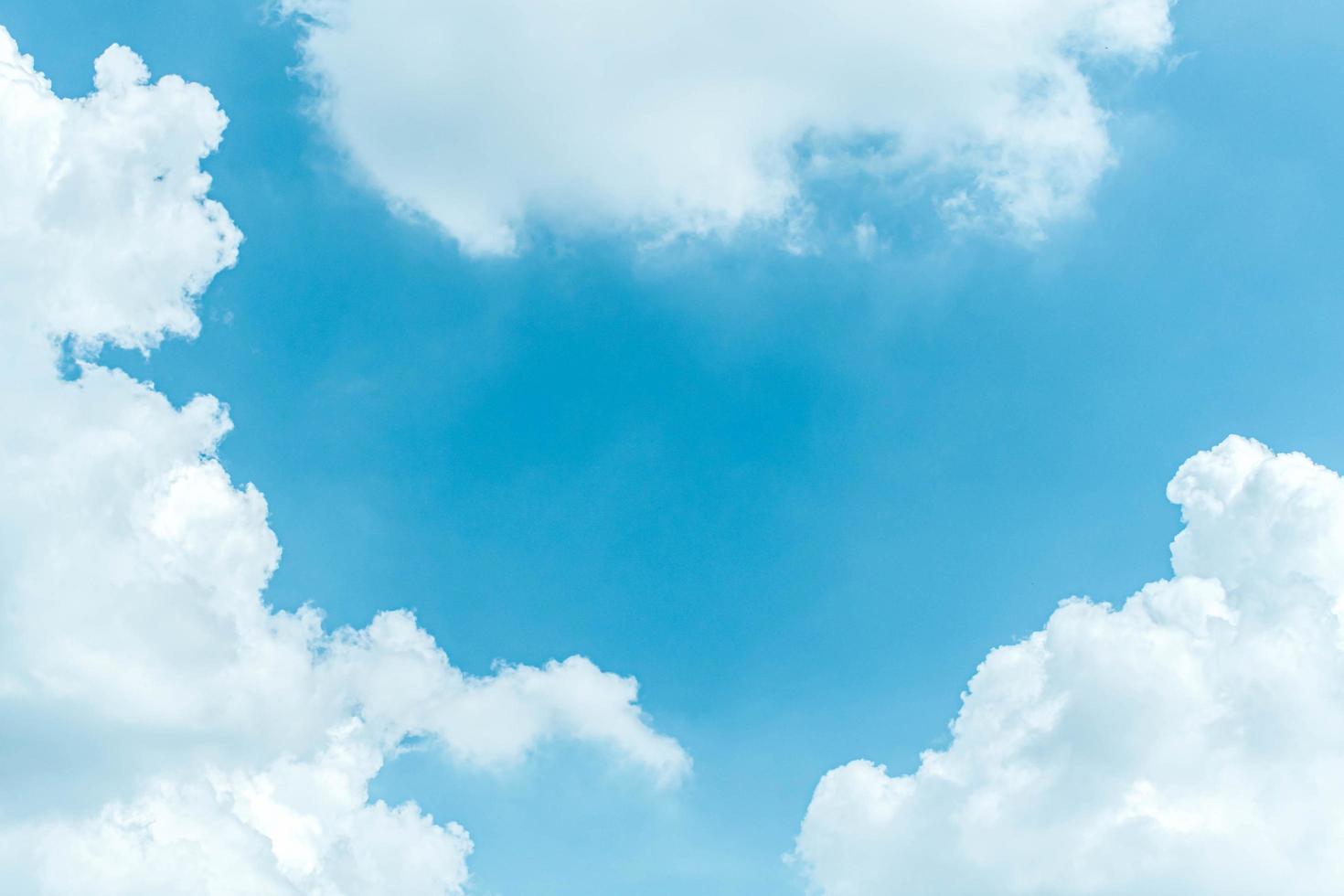 blauwe lucht met pluizige wolken foto