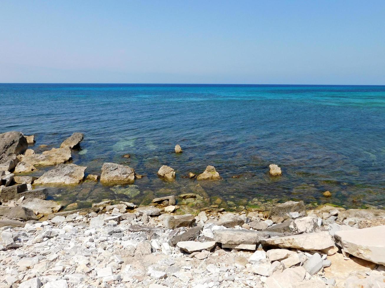blauwe kust gedurende de dag foto
