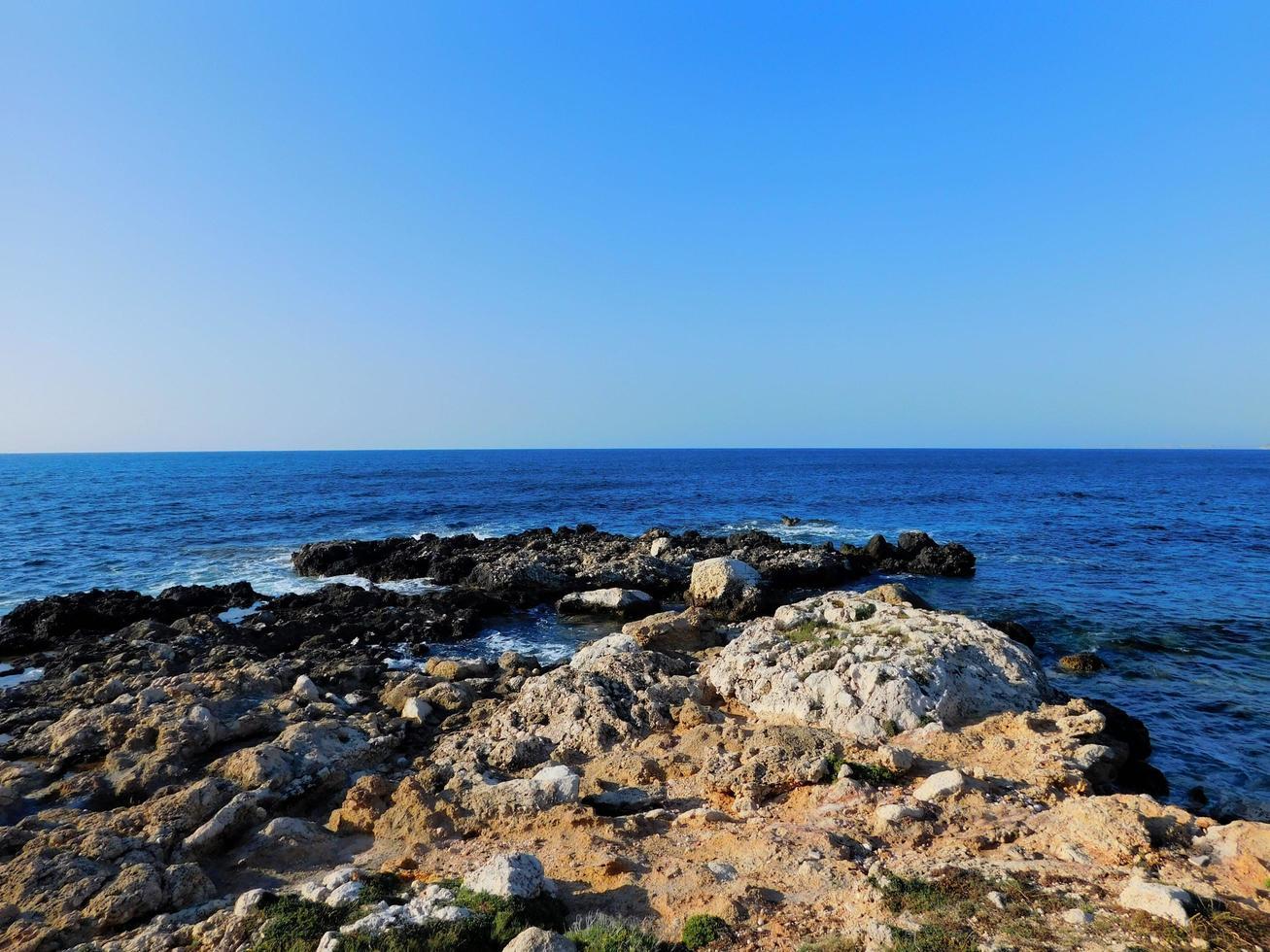 rotsachtige oceaan met blauw water foto