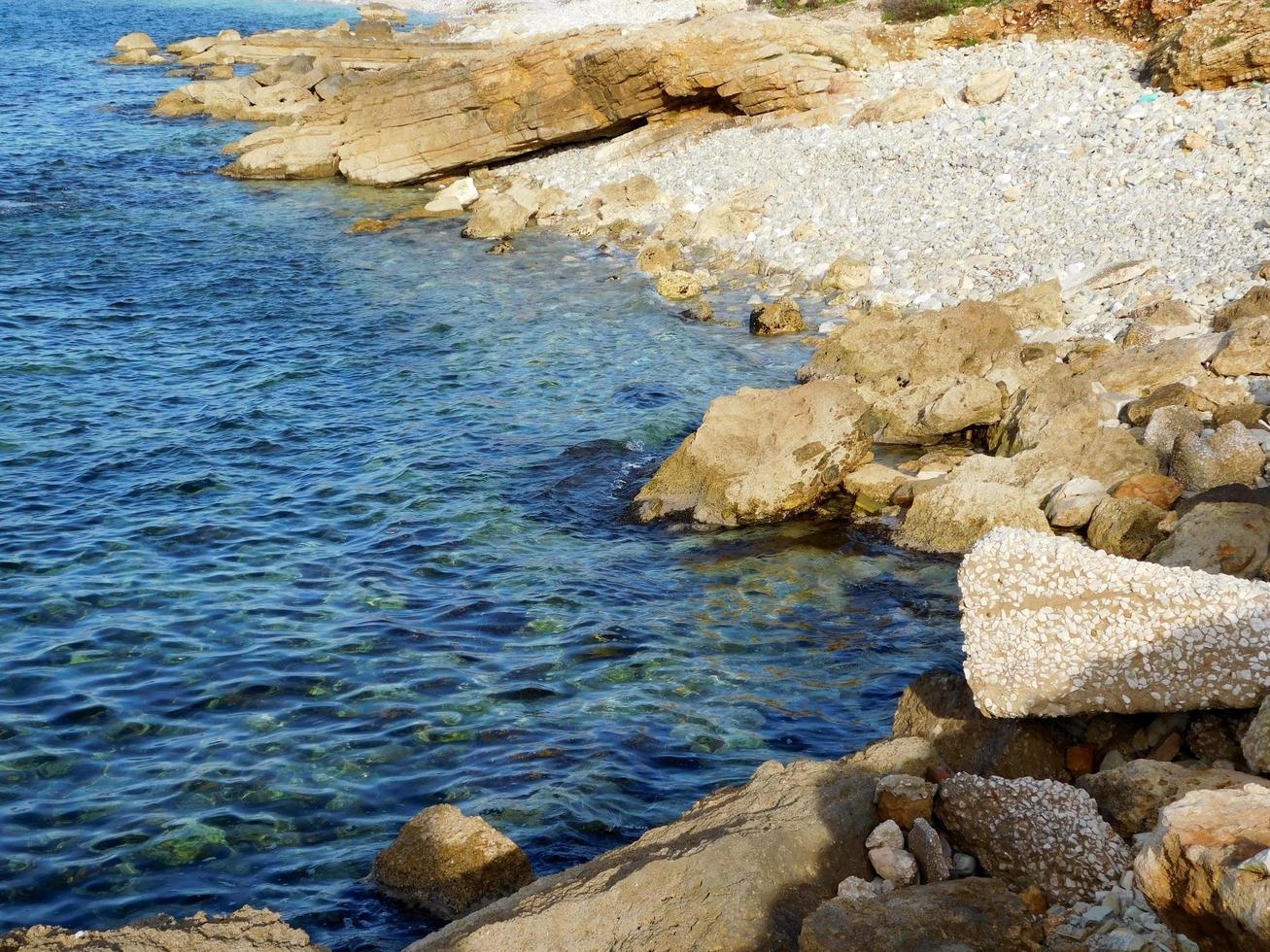 rotsen bij het water foto
