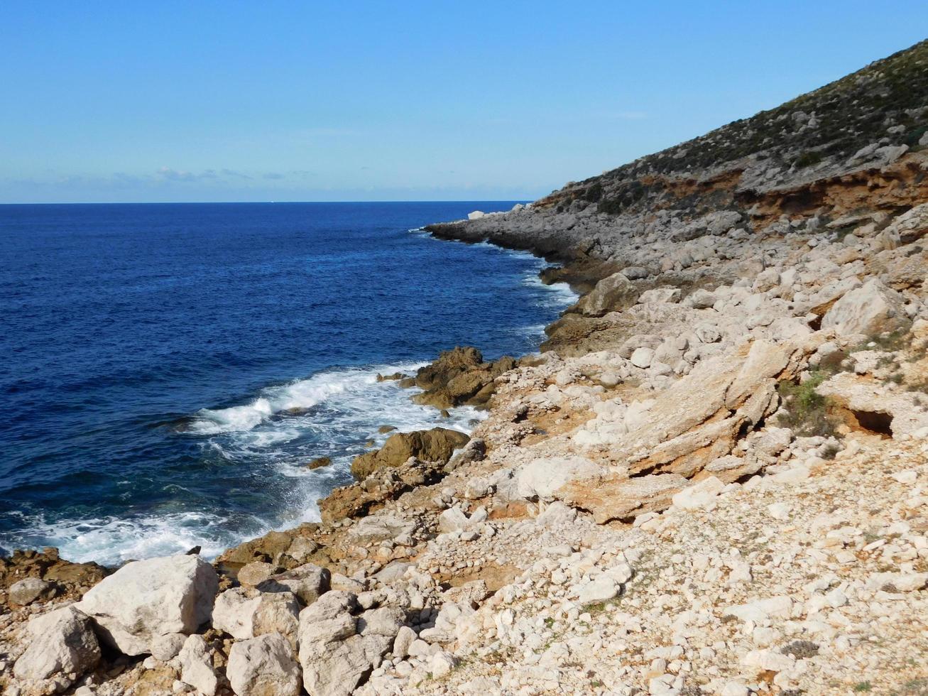 rotsachtige oceaan gedurende de dag foto