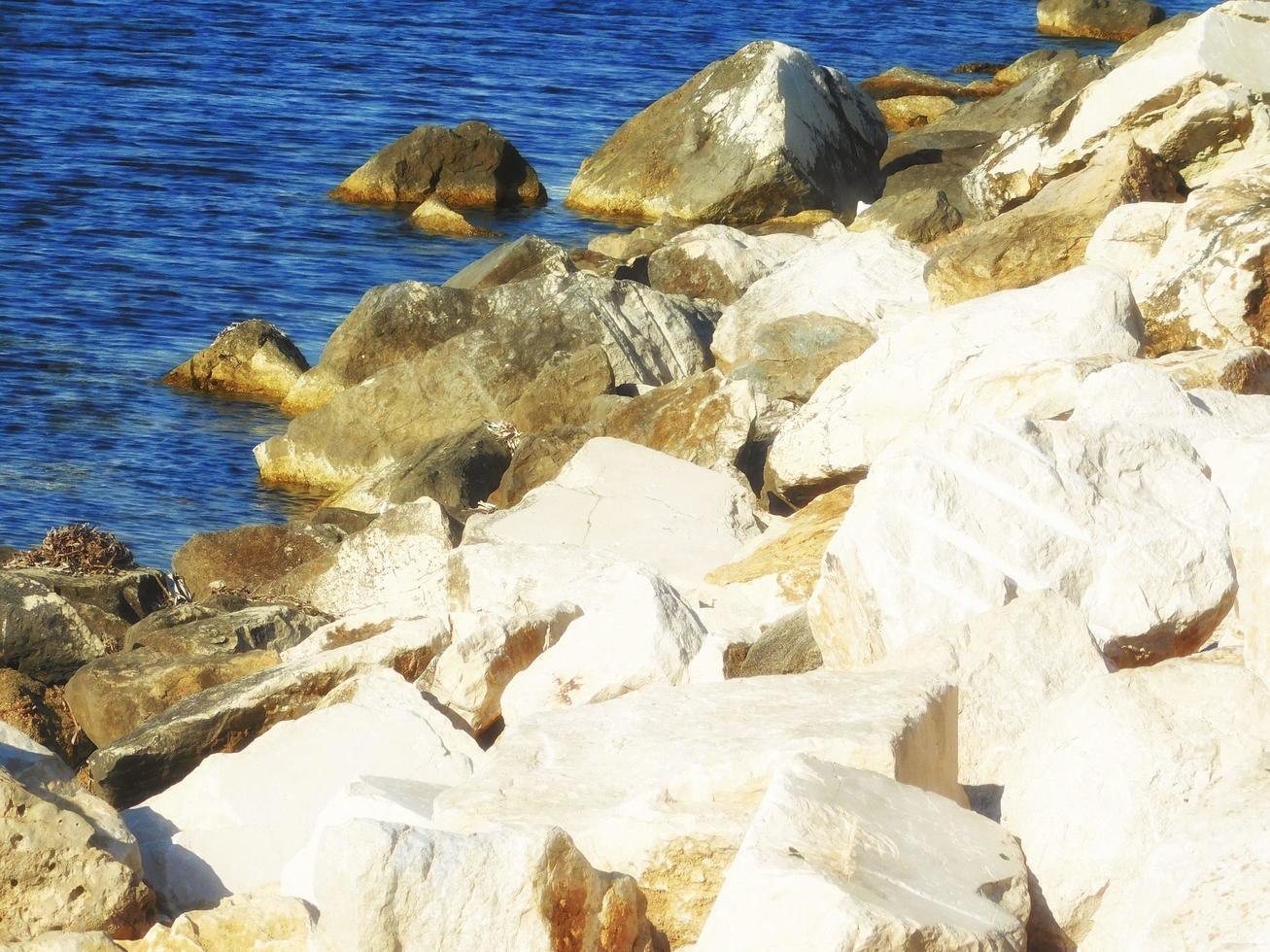 rotsen op een kust foto