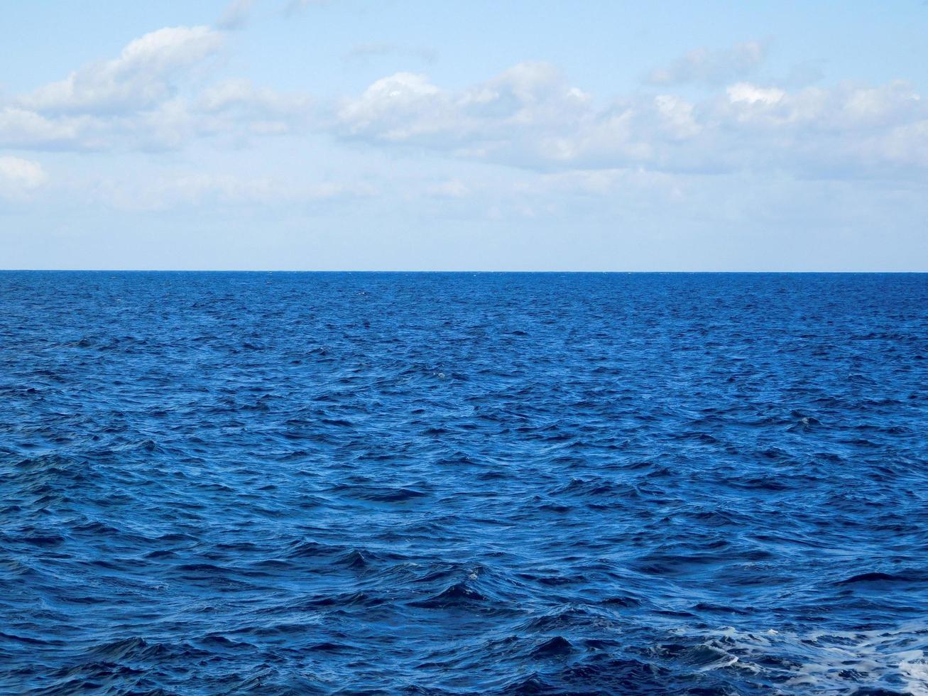 blauwe oceaan en wolken foto