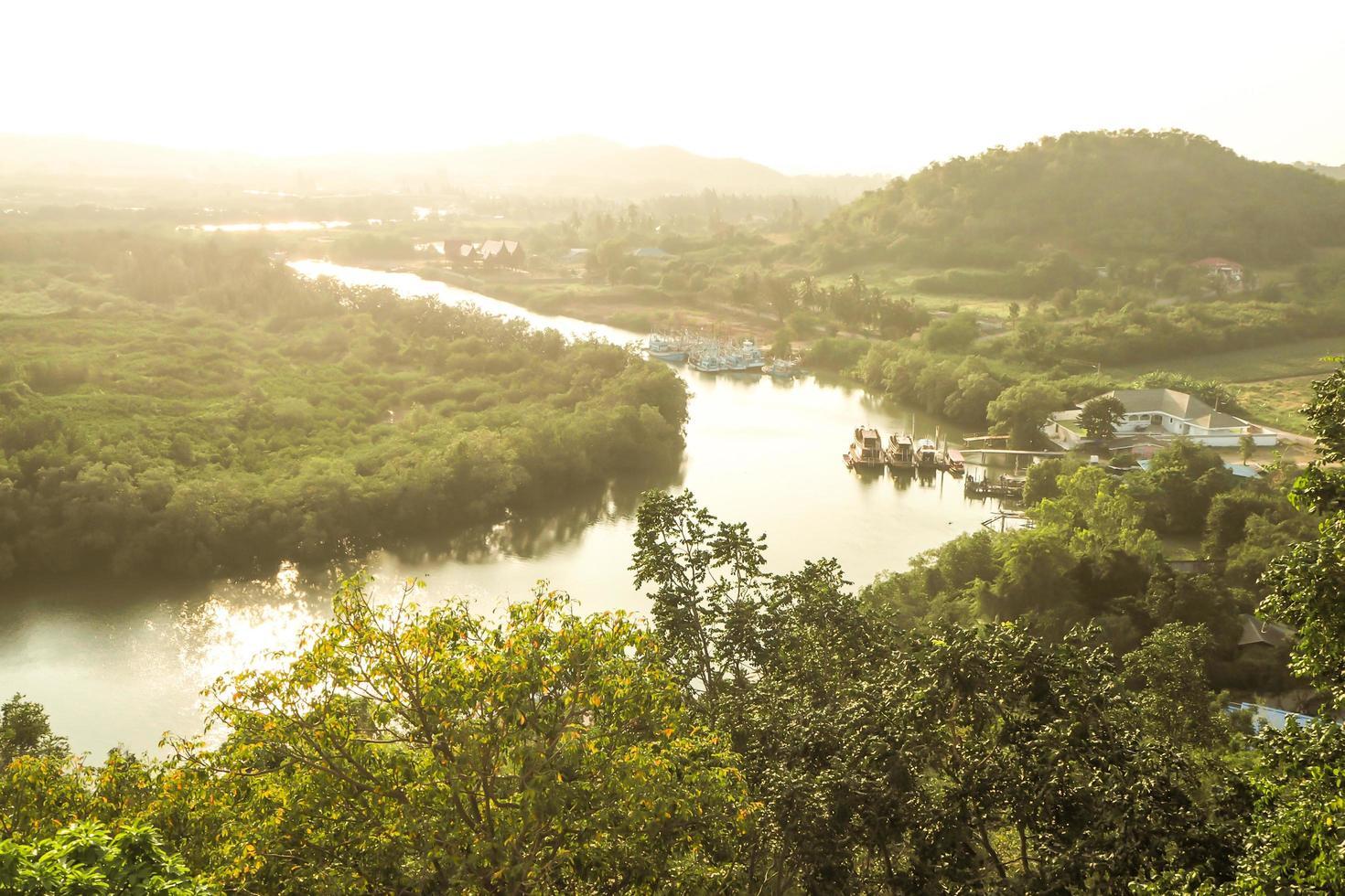 rivier met zonlicht foto