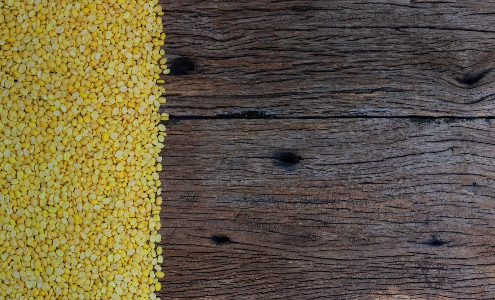 sojabonen op houten tafel foto