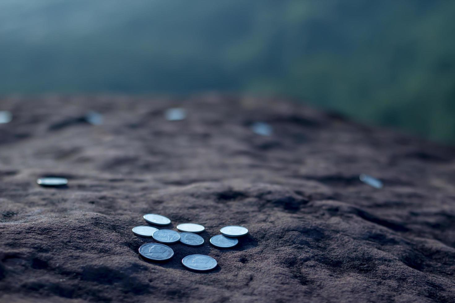 geldmuntstuk dat op de steen wordt geplaatst. economisch concept uitdrukken foto