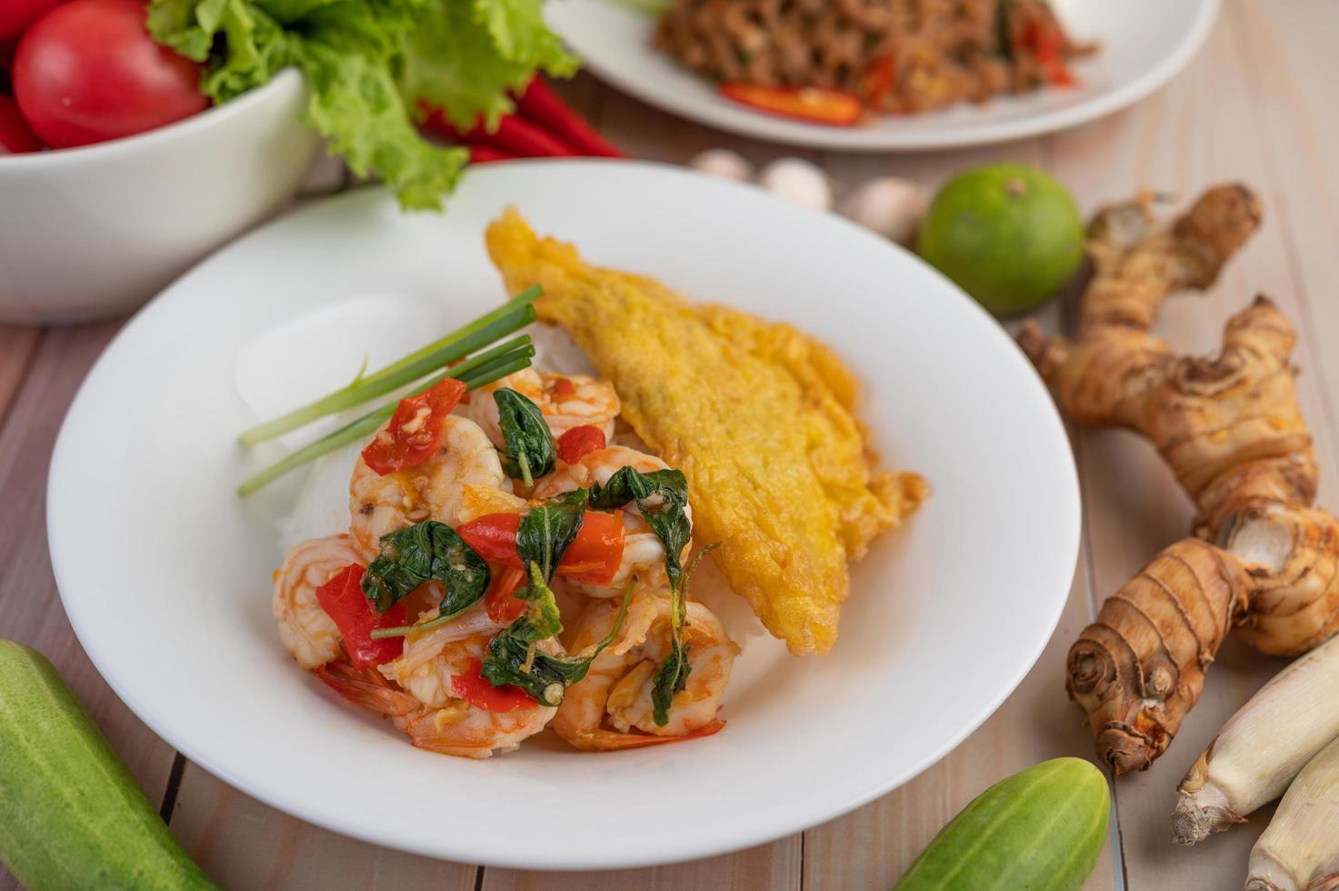 rijst gegarneerd met garnalen en omelet foto