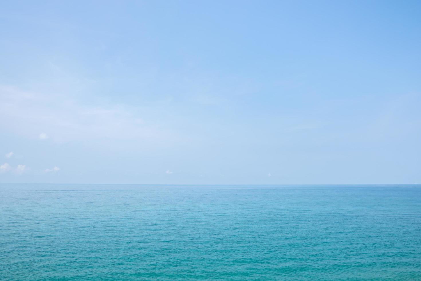 blauwe zee en lucht foto