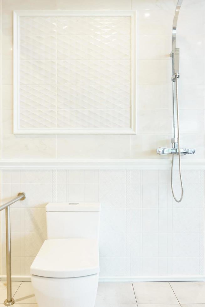 badkamer interieur met douche, boiler en toilet op witte tegels muur foto