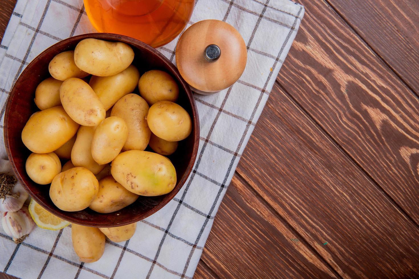 bovenaanzicht van aardappelen in een kom foto