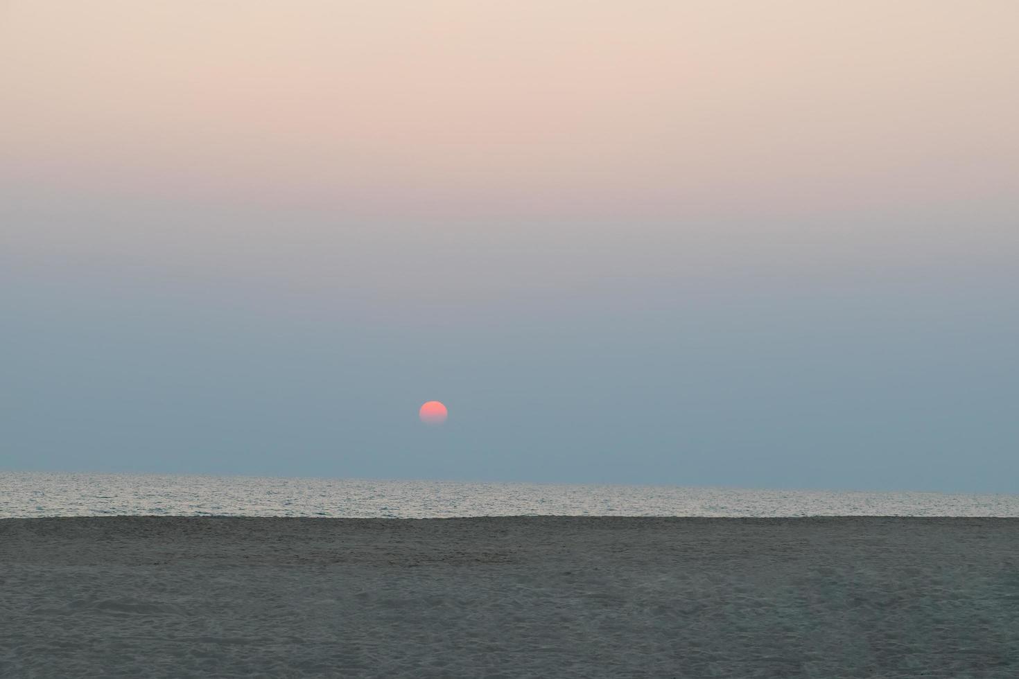 kleurrijke zonsondergang aan zee foto