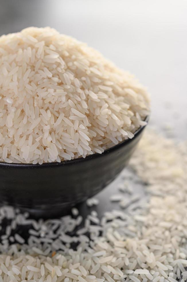 gemalen rijst in een zwarte kom foto