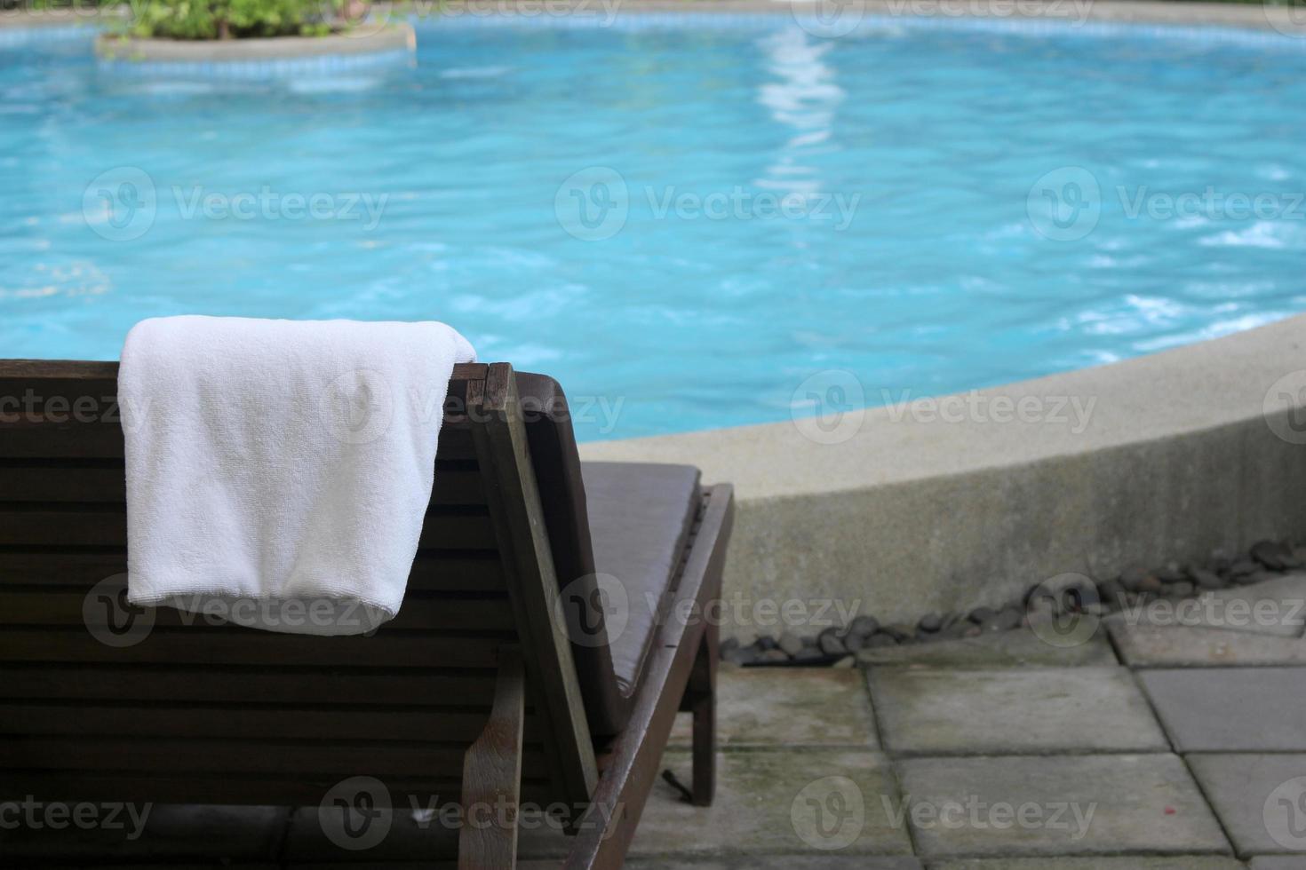 handdoeken op een strandstoel foto