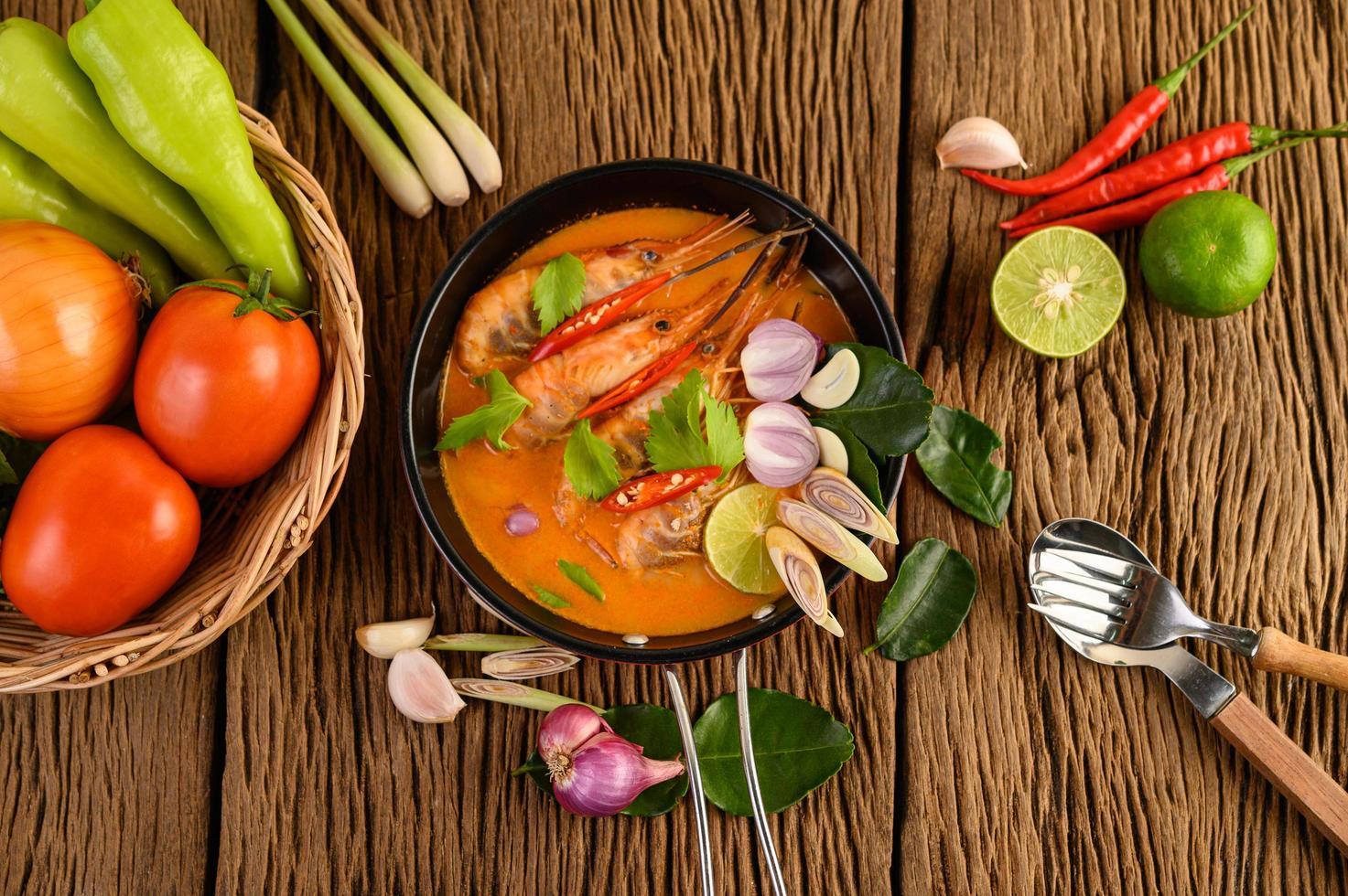 Thaise hete pittige soep genaamd tom yum kung met garnalen foto