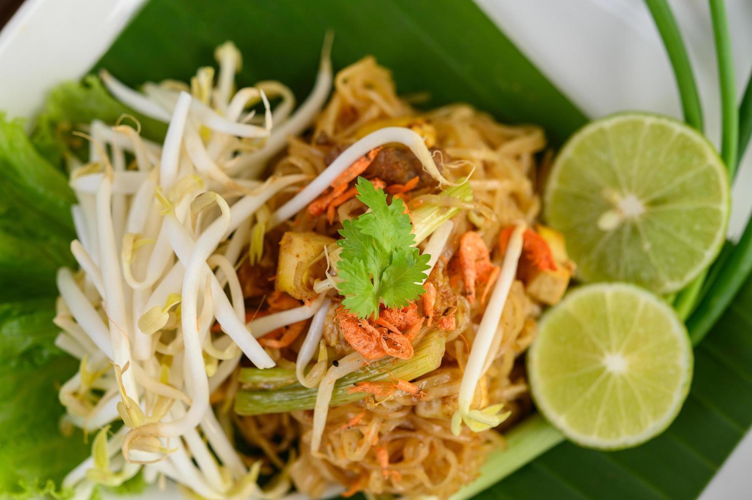 pad thai gerecht op een bananenblad foto