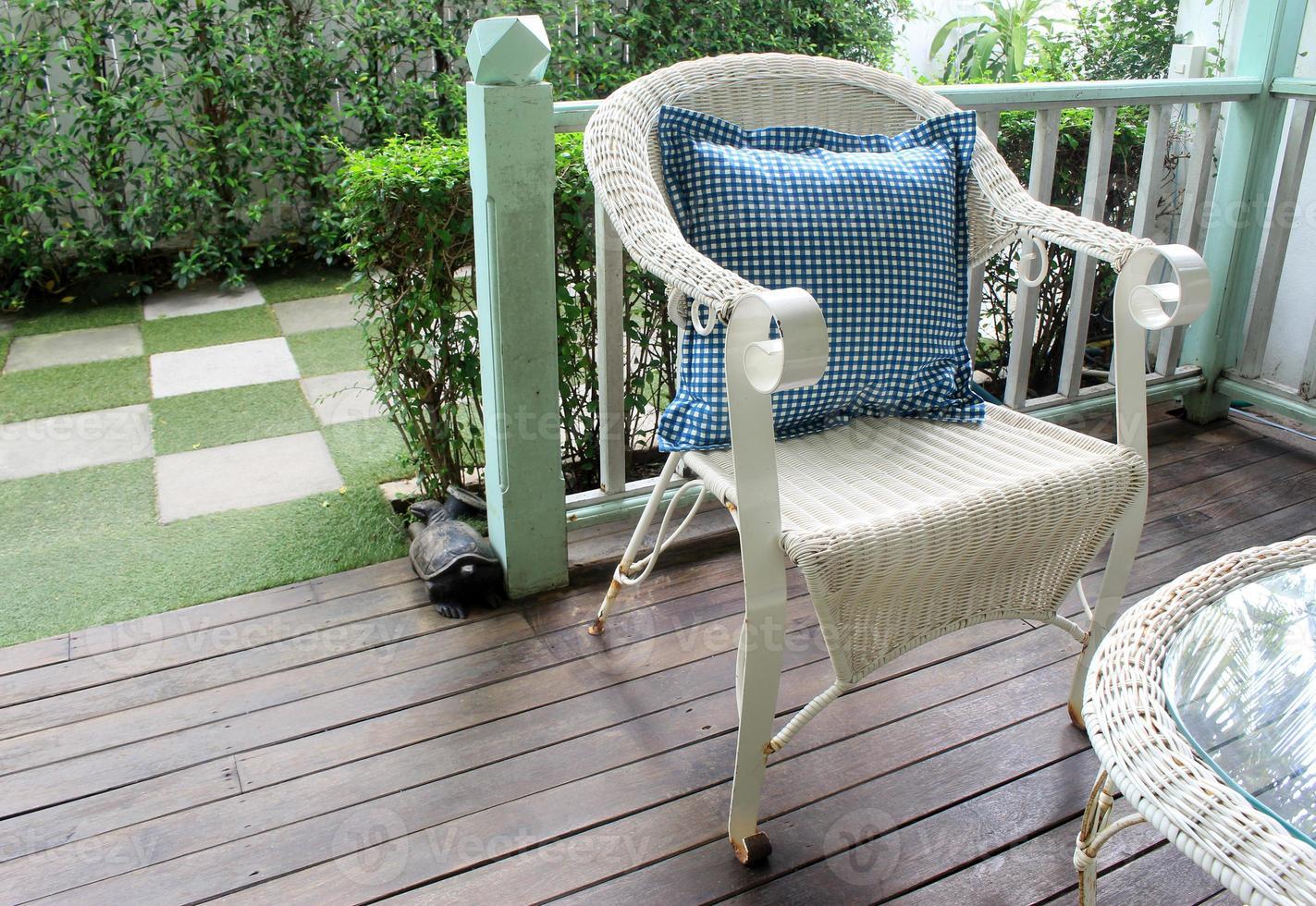 rieten stoel op een terras foto