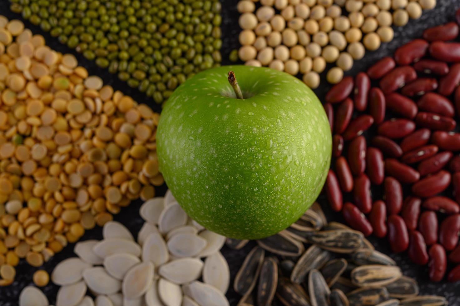 peulvruchten met een appel foto