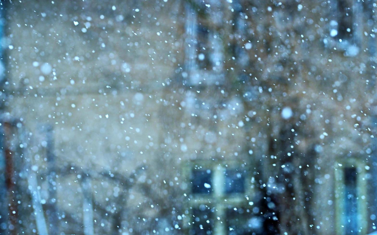 vallende sneeuwvlokken in een stedelijk gebied foto