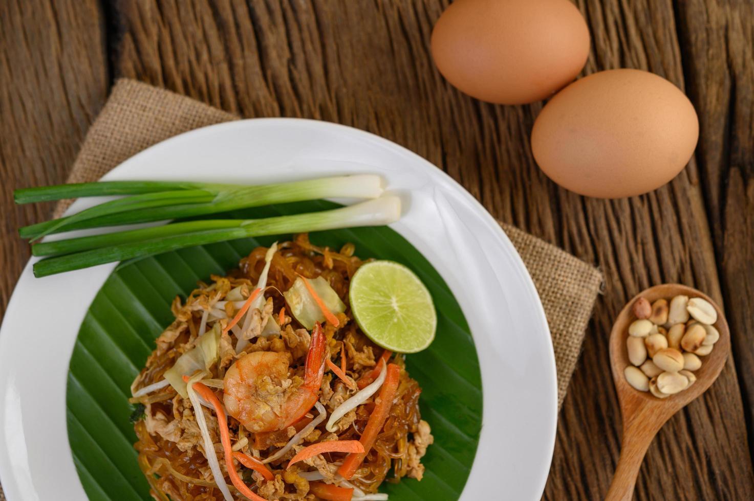 plaat van pad thai garnalen met limoen en eieren foto