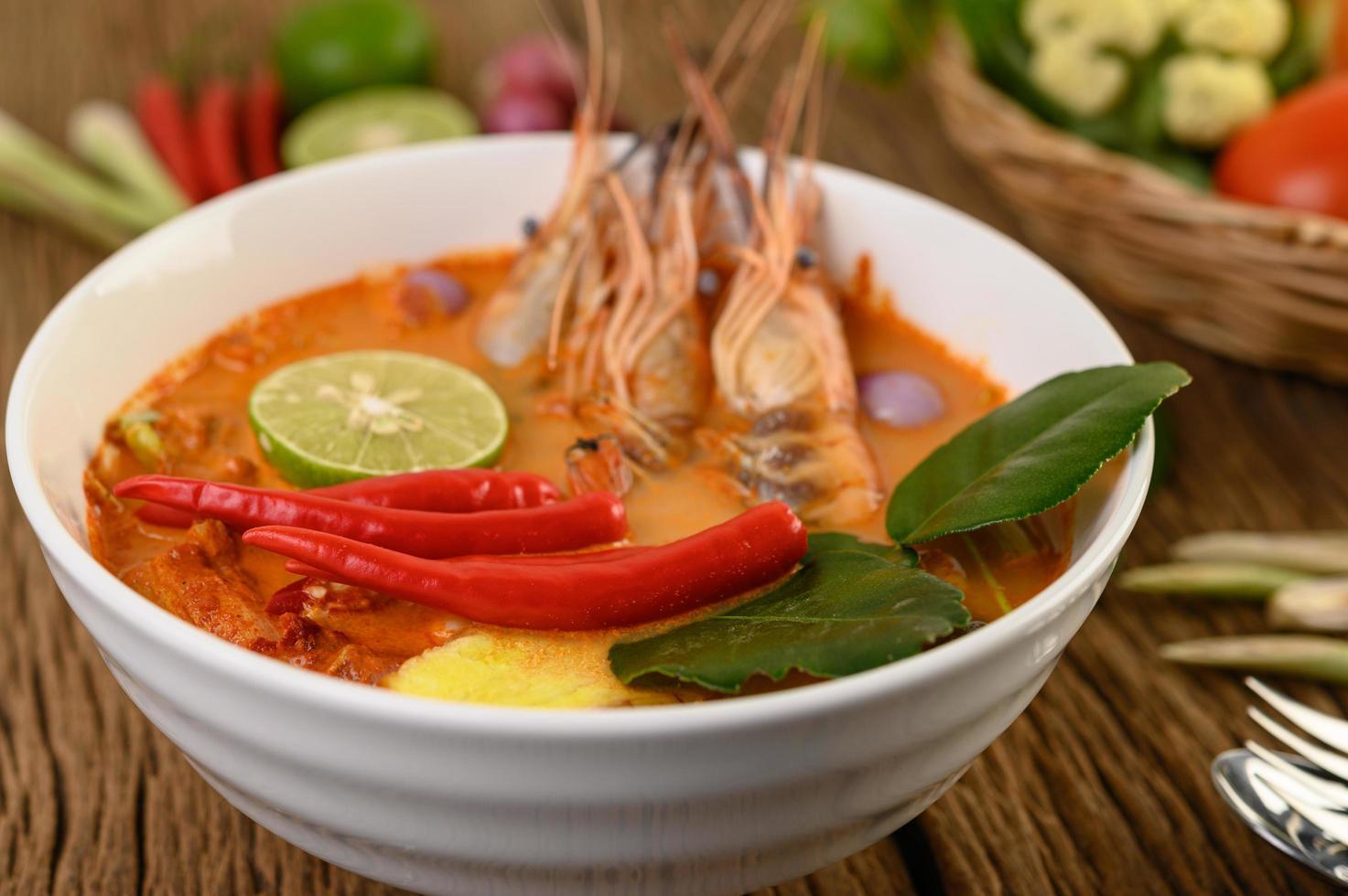 hete en pittige tom yum kung thaise soep foto