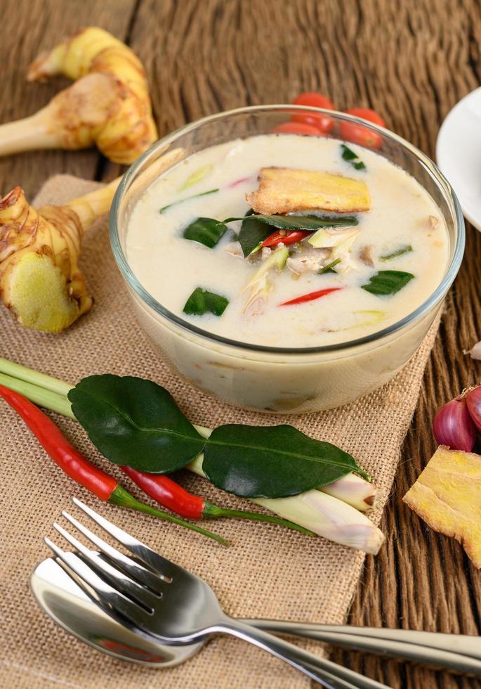 tom kha kai, Thaise kokossoep op houten keukenbord foto