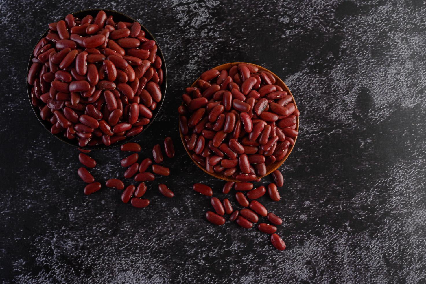 rode bonen in een houten kom foto