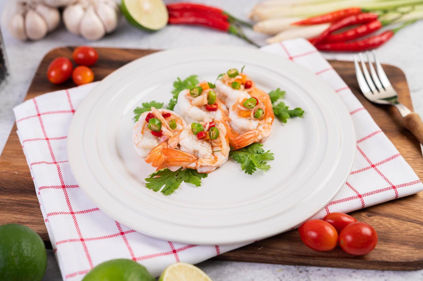 pittige thaise salade met garnalen foto