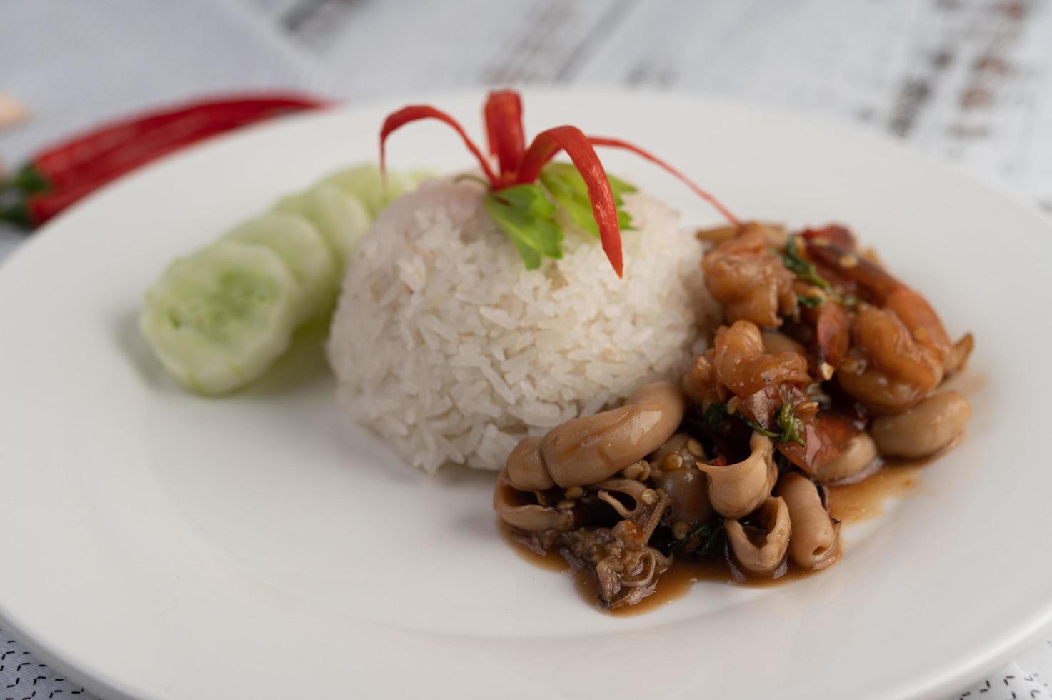 rijst gegarneerd met roergebakken basilicum met inktvis en garnalen foto