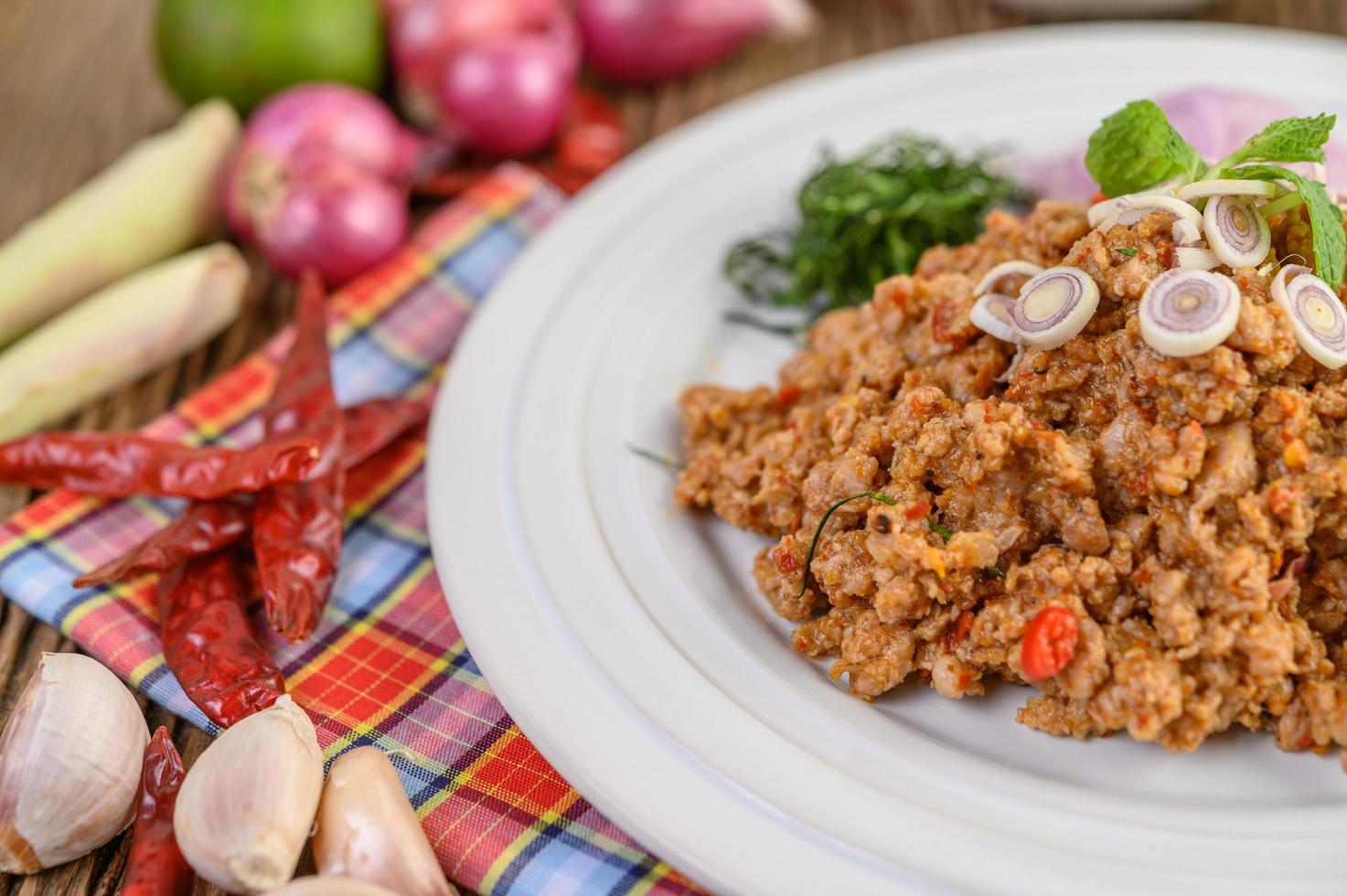 Varkensgehakt Salade Met Kruiden Op Een Houten Tafel foto