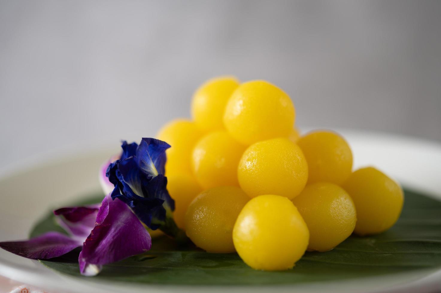 thong yod, een thais dessert op een bananenblad foto