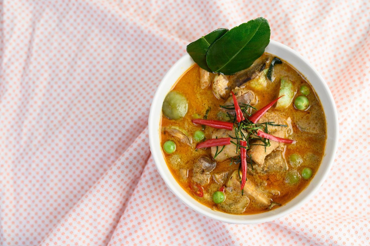 pikante kip gewokt met thaise aubergine foto
