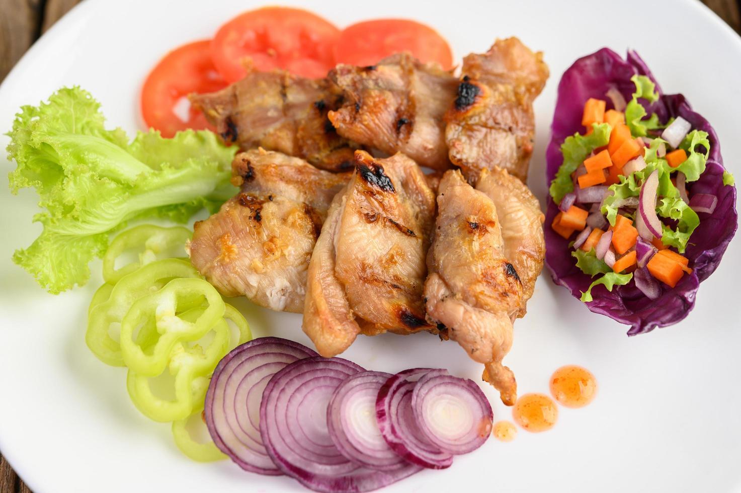 gesneden gegrilde kip met een salade foto