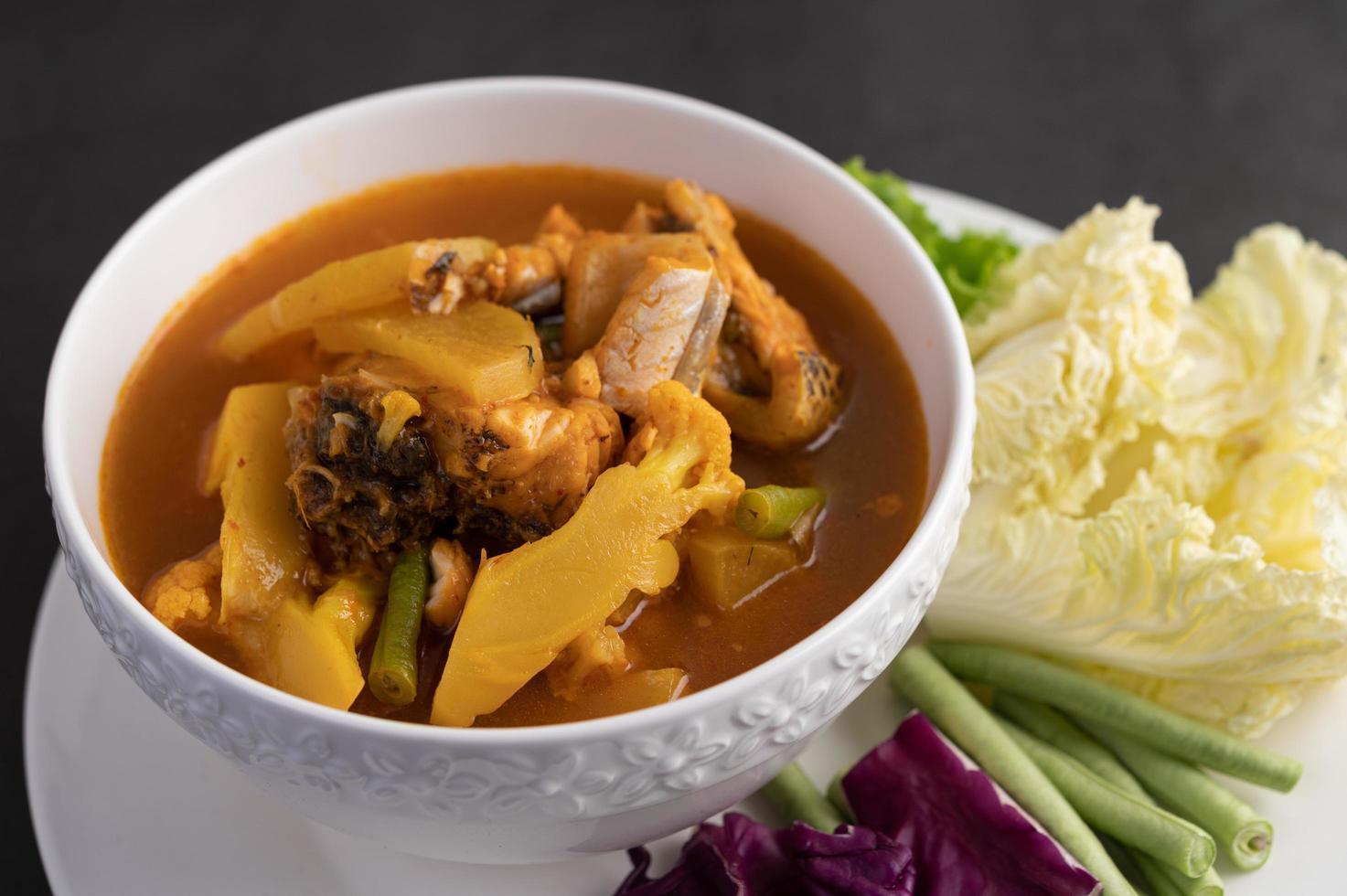 gele curry met snakehead vis foto
