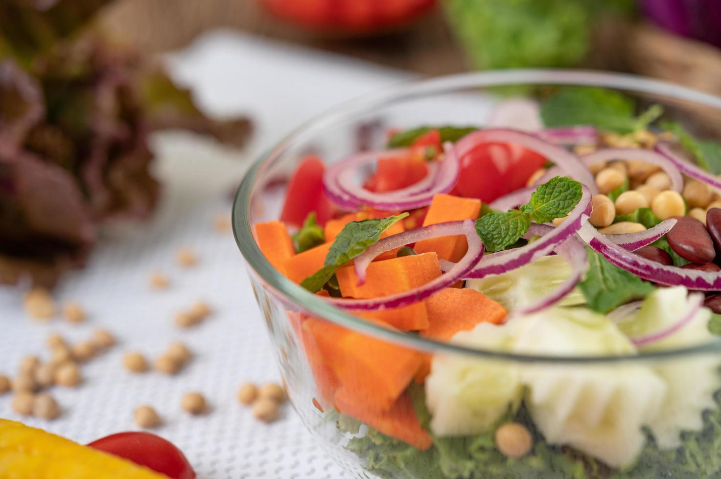 fruit- en groentesalade in een glazen kom foto