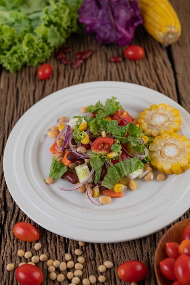 groenten en fruit salade op een witte plaat foto