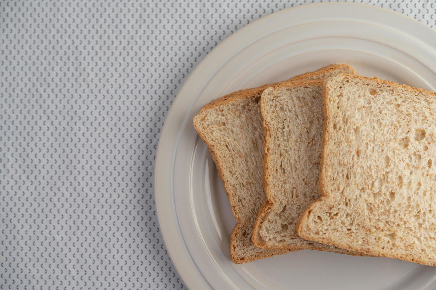gesneden stukjes brood foto