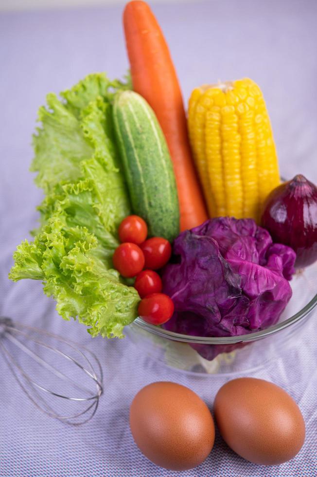 tomaten, wortelen, komkommers, uien, eieren en paarse kool foto