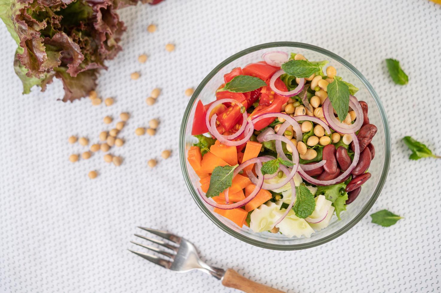 verse groente- en fruitsalade in een glazen kom foto