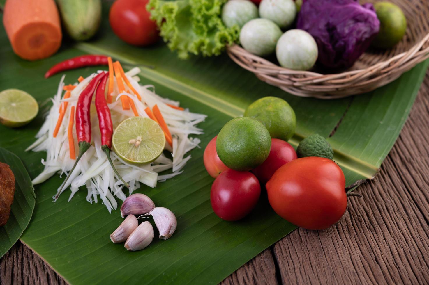 verse ingrediënten voor papajasalade foto