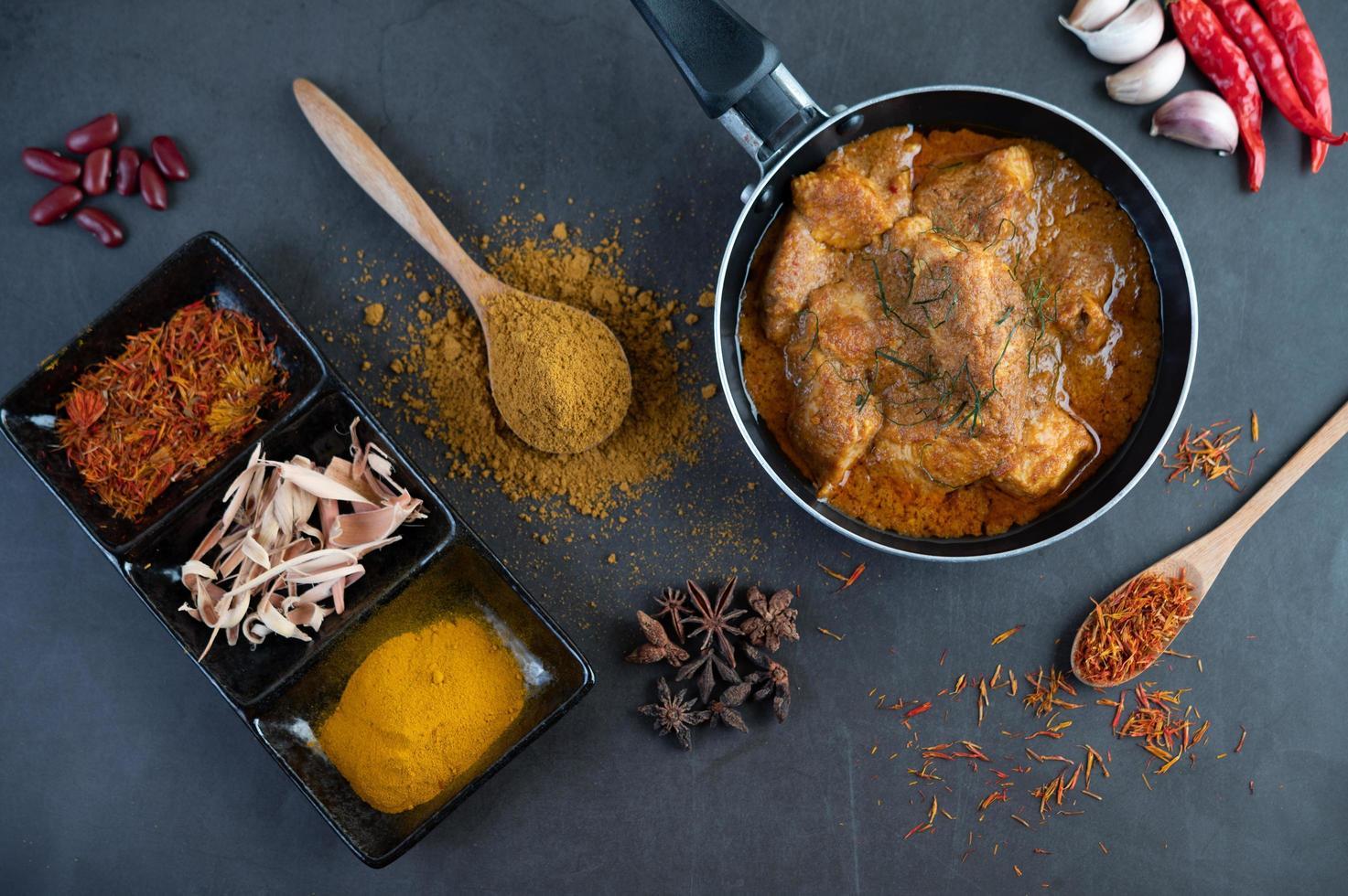 massaman thai curry met kruiden foto