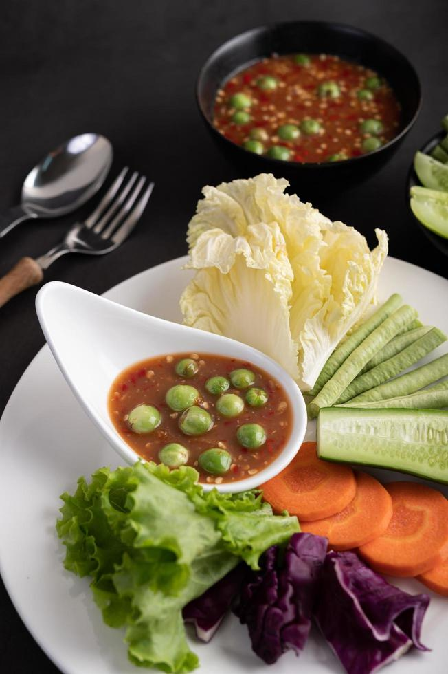 saus in een kom met groenten foto