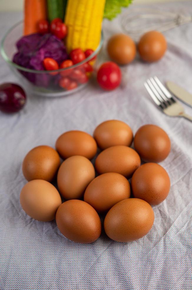 eieren op een witte doek met groenten foto