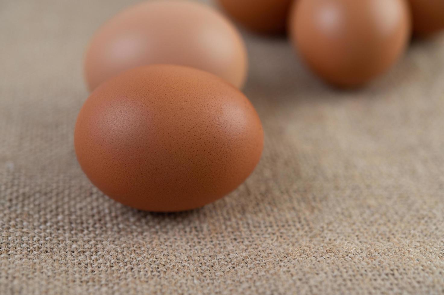 rauwe biologische eieren op een hennepzak foto