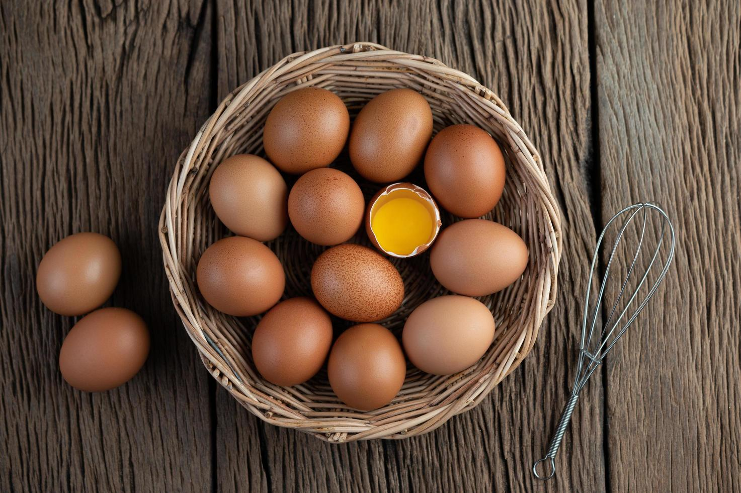 legde eieren in een houten mand foto